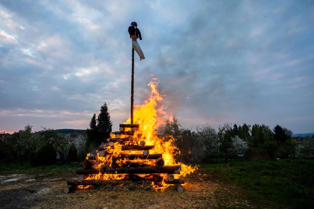 Stort bål med en stake med en dukke i på toppen: Walpurgisnacht.