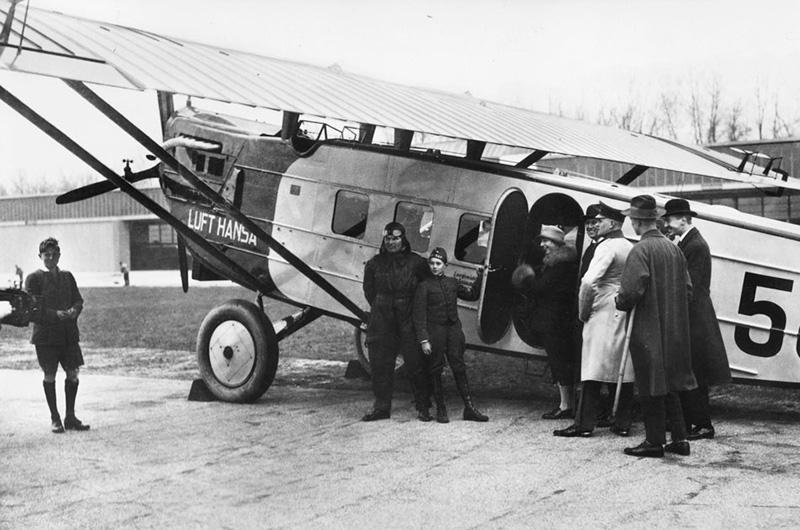 Fly av førkrigsmodell. Pasasjerene går på flyet. Det første Lufthansa-flyet.