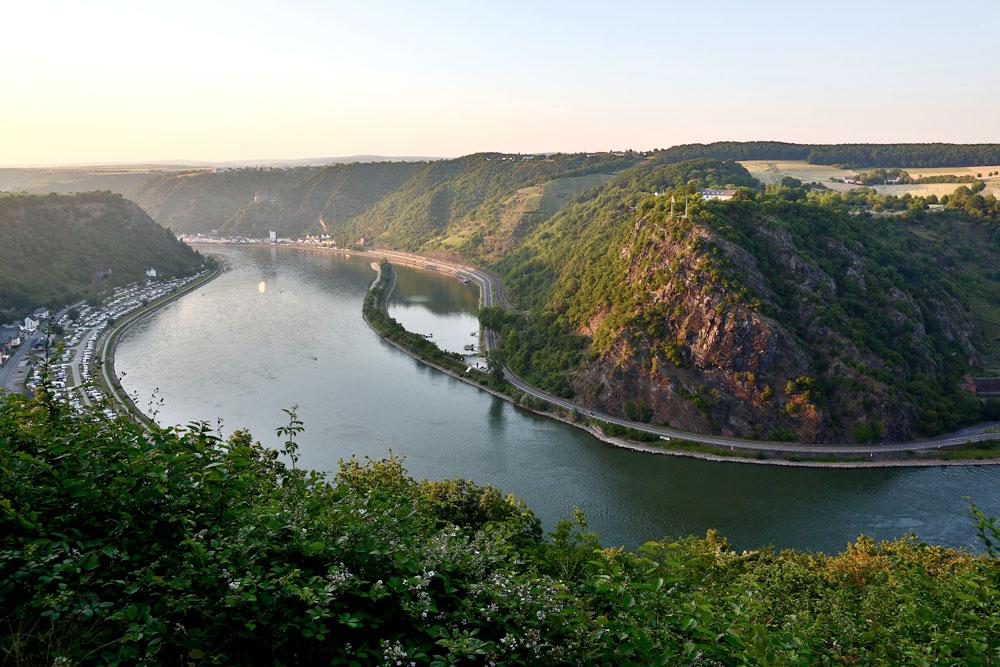Foto av Lorelei-klippen med Rhinen foran.