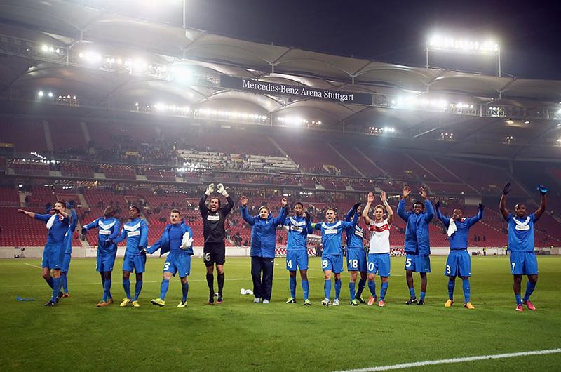 Et blåkledt herre-fotball-lag hilser publikum på Stuttgart fotball-arena.