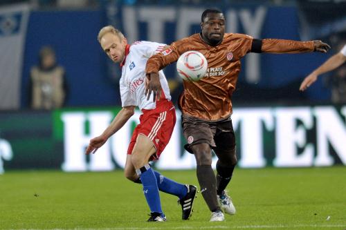 To fotballspillere slåss om ballen