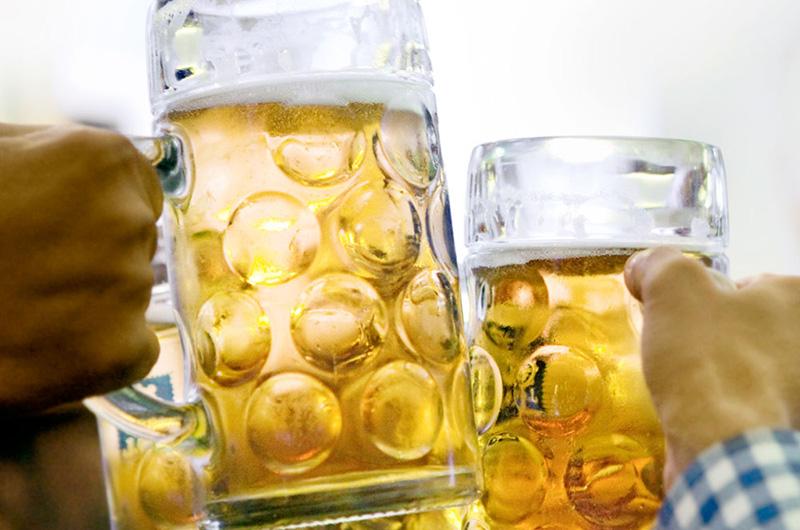 Skåling med litersglass med øl.