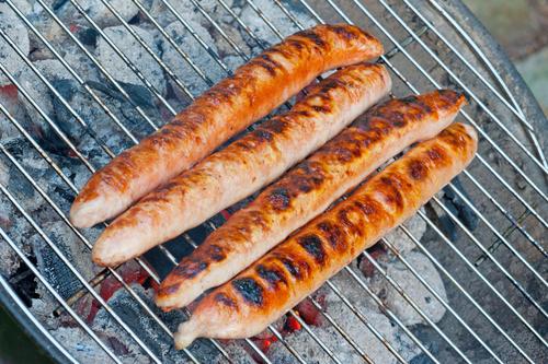 Fire pølser på en grill: Bratwurst