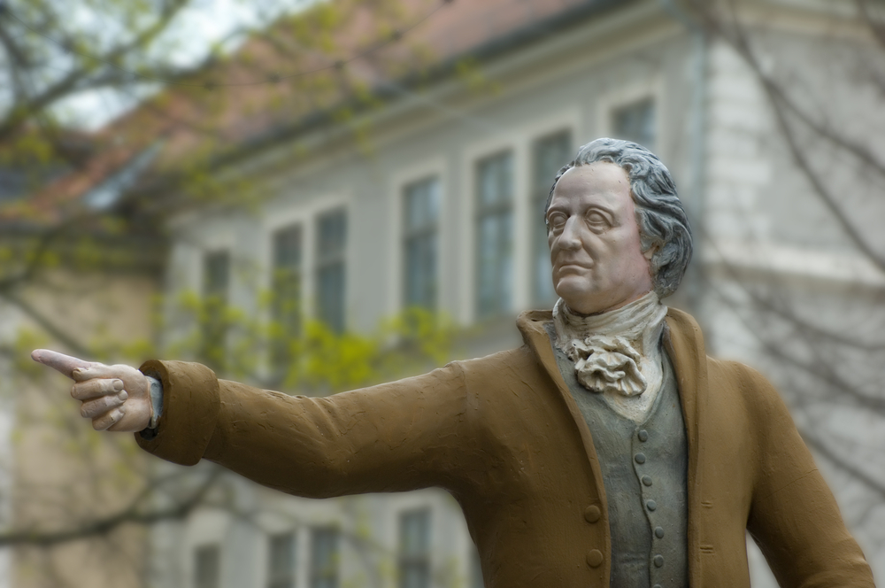 En farget staue av Johann Wolfgang von Goethe, i Weimar.