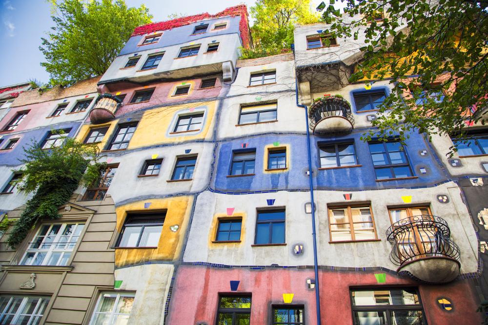 Bygård med mange former og farger: Hundertwasser-huset i Wien.
