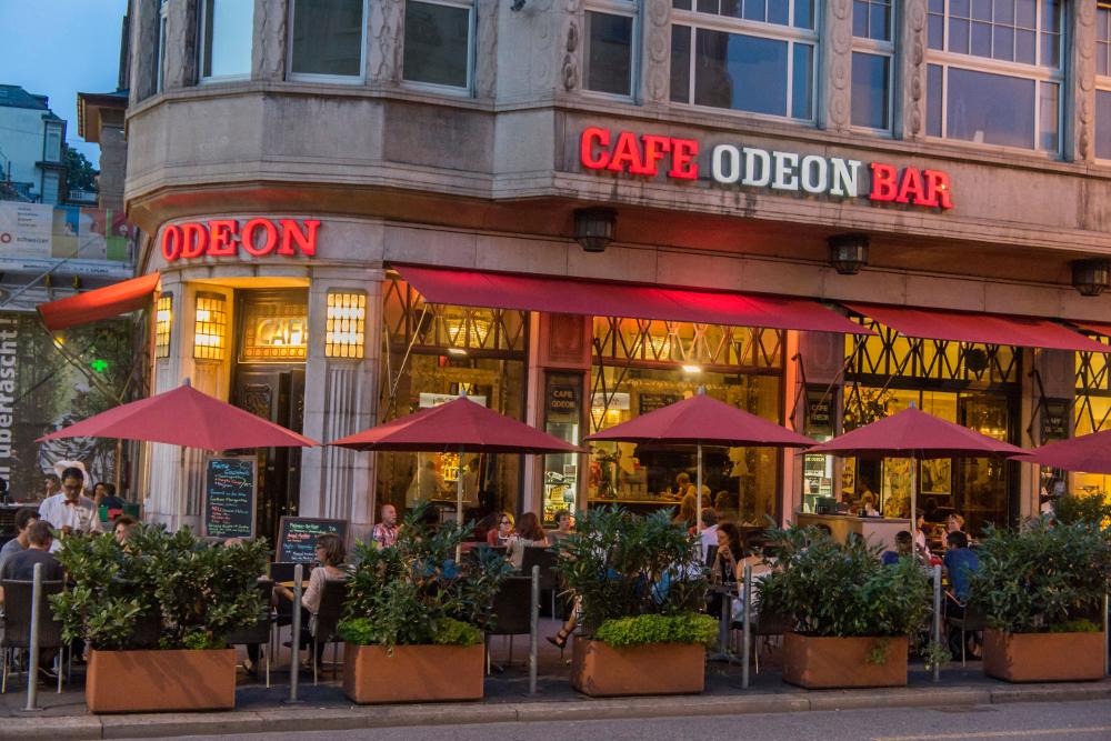 Uteservering på Odeon bar i Zürich.