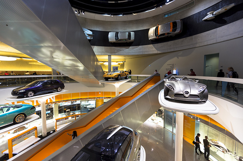 Inne i Mercedes-Benz-museet i Stuttgart. Mange moderne biler.