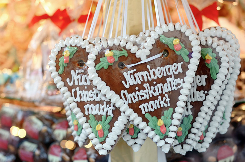 Noen hjerteformede lebkuchen fra Nürnberg, dekorert med melis.
