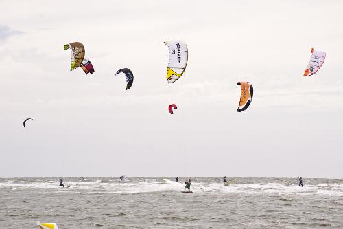 Vind og mange som driver med kite-surfing.