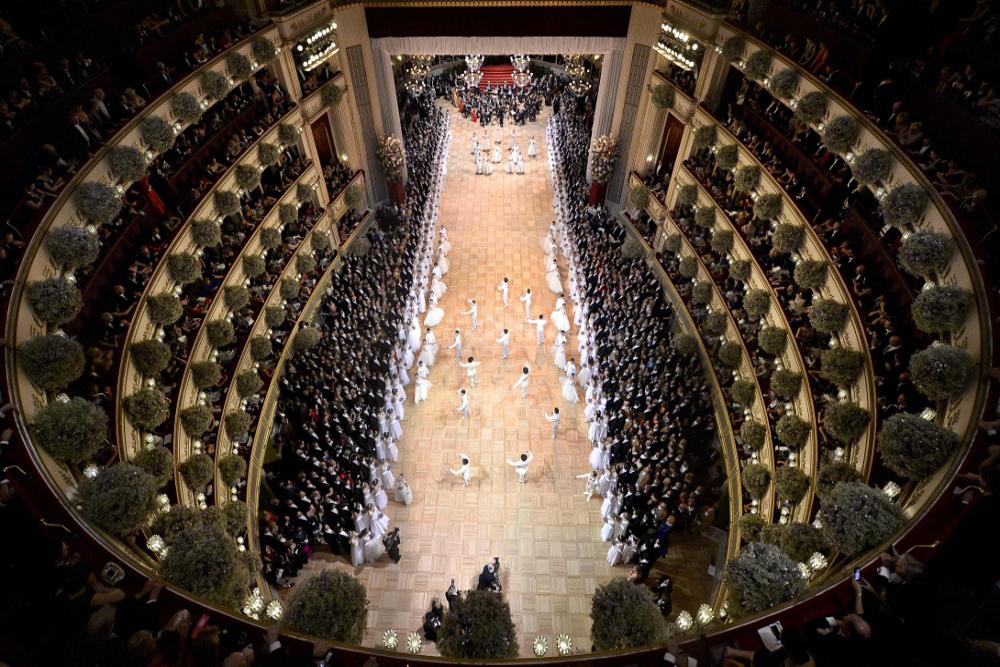 Hvite dansere i åpningsseremonien til Wiener Opernball, sett ovenfra.