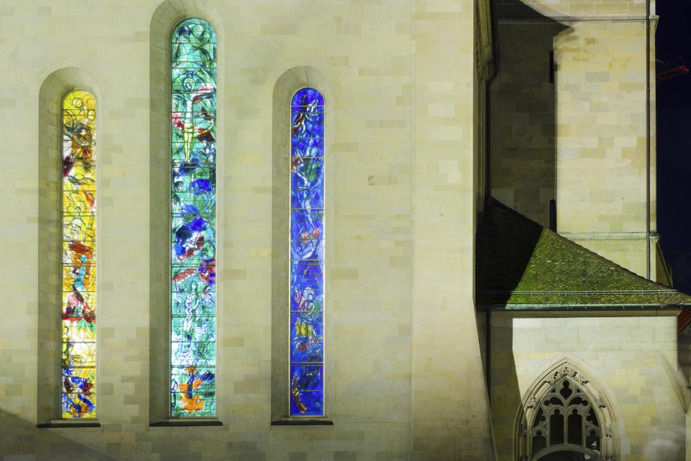 Kirkevegg med tre vinduer med glassmalerier: Chagall.
