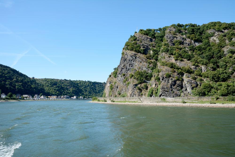 Foto av Lorelei-klippen i profil, tatt fra elven.