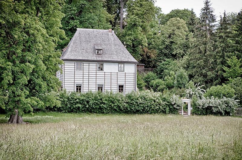 Hvitt hus med bratt tak i frodig hage. Johann Wolfgang von Goethe hus.